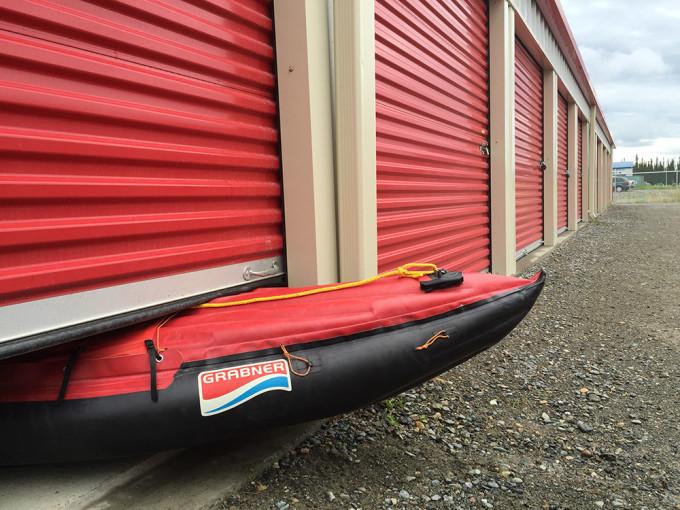 Sämtliche Ausrüstung passt locker in die angemietete Garage. Okay, das aufgepumpte Boot sträubt sich ein wenig.