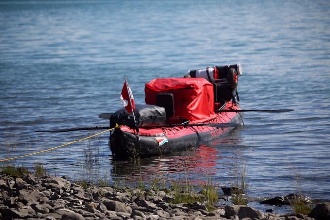 Angelegt am Kiesufer: Die Sicherung des eigenen Bootes ist essentiell, der Yukon kann teilweise mehr als 20 Zentimeter in einer Nacht ansteigen oder fallen.