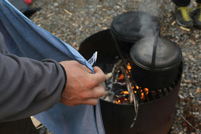 Nach dem ersten heftigen Regenschauer: Trocknen der klammen Kleidung und Handtücher auf dem Feuer.