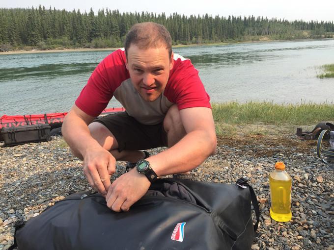 Das erste Problem und die erste Lösung: Da die Reißverschlüsse der Bootstaschen haken und kein originales Fett mehr verfügbar ist, muss italienisches Olivenöl herhalten.