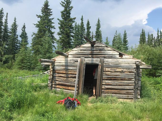 Eines der vielen Relikte vergangener Tage, auf die man auf der Yukon-Reise stößt. Hier haben noch vor wenigen Jahrzehnten Menschen gewohnt.