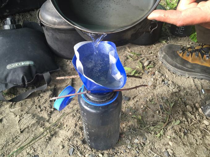 Unsere tägliche Pflicht: Jede Menge Wasser abkochen und es damit keimfrei machen. Anschließend wird es noch gefiltert.